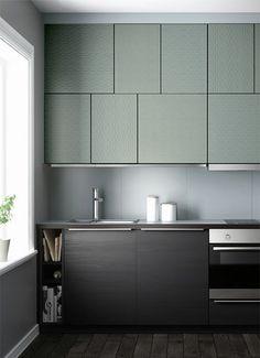 meubles de cuisine en décalé recouverts de papiers peints texturés peints
