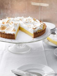 Diese leckere Zitronen-Tarte schmeckt herrlich sommerlich und kommt in einem Gewandt aus Sahne als willkommene Erfrischung zum Kaffee daher.