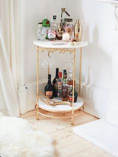Gold Bar Cart: The Secret for a Mid-Century Home Bar Decor Home Bar Decor, Bar Cart Decor, Ikea Bar Cart, Diy Bar Cart, Mini Bars, Bar Sala, Corner Bar, Corner Home Bar, Small Corner Decor