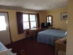 Queen corner room Bocce Court, Workout Rooms, Free Wifi, Outdoor Pool, Corner, Queen, Bocce Ball Court, Exercise Rooms