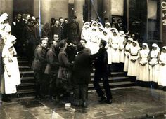 Staff form a Guard of Honour at the removal of Michael Collins from St. Ireland 1916, Ireland Map, Ireland Homes, Martin Mcguinness, Irish Independence, Michael Collins, Dublin, Old Photos, The Incredibles
