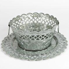 Jolie bassine ronde en zinc, entièrement ciselée sur la partie haute, pour imaginer un centre de table de noel tout en raffinement. A utiliser avec l'assiette coordonnée ou seule pour y déposer des fleurs fraiches ou des petits gâteaux