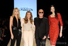 M・ジャガーさんの交際相手、遺体で発見 米NY 国際ニュース:AFPBB News   M・ジャガーさんの交際相手、遺体で発見 米NY 米ニューヨークで「メルセデス・ベンツ ファッション・ウィーク(Mercedes-Benz Fashion Week)」に行われた「プロジェクト・ランウェイ(Project Runway)」のショーで、キャットウォークに登場した米ファッションデザイナー、ローレン・スコット(L'Wren Scott)さん(右、2011年9月9日撮影)。(c)AFP/Getty Images for Mercedes-Benz Fashion Week/Fernanda Calfat