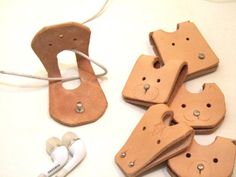 68 ideas for birthday imagenes mom Leather Gifts, Leather Craft, Cord Holder, Headphone Holder, Diy Cadeau Noel, Cable Organizer, Leather Projects, Leather Keychain, Leather Design