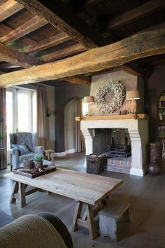 Witte pastoriewoning uit 1770 | WONEN Landelijke Stijl Fireplace Kits, Fireplace Surrounds, Tiny Dining Rooms, Interior Styling, Interior Decorating, Slate Hearth, Cosy Kitchen, Rustic Mantel, Cabin Interiors