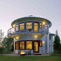 I include this as I've always liked the idea of a round house! This is a recycled grain silo. I am practical though and know a round house is not in the equation here. Casa Octagonal, Silo House, House 2, Story House, Farm House, Grain Silo, Unusual Homes, Round House, Metal Homes