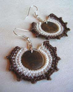louca por linhas - crochet e patchwork: crochê Wire Jewelry Earrings, Beaded Earrings, Diy Jewelry, Beaded Jewelry, Jewelery, Handmade Jewelry, Crochet Earrings Pattern, Crochet Beaded Bracelets, Handmade Bracelets