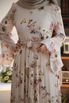 Volanlı Krem Renk Çiçekli Elbise