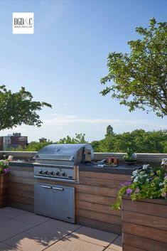 Built In BBQ Area on the Rooftop Terrace of an Urban Classic Chicago Home Roof Terrace Design, Rooftop Design, Patio Design, Pergola, Gazebo, Ideas Terraza, Terrasse Design, Built In Grill, Rooftop Terrace