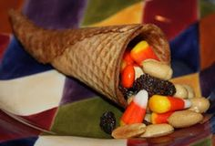 Cornucopia - moisten tip of sugar cone, microwave 30 seconds, shape, fill with trail mix Thanksgiving Favors, Thanksgiving Place Cards, Thanksgiving Projects, Thanksgiving Feast, November Thanksgiving, Thanksgiving Decorations, Fall Recipes, Holiday Recipes, Cute Food
