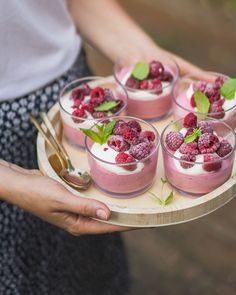 Frambozenmousse A dessert that will often be on the table here. This raspberry mousse is tasty, simple and serves nice. What more do you need? Easy Smoothie Recipes, Snack Recipes, Dessert Recipes, Cooking Recipes, Delicious Desserts, Yummy Food, Thermomix Desserts, High Tea, Love Food