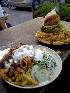 Auch Jassy aß am Mittwoch auswärts. Für sie gab es im Yoyo Foodworld vegane Gyrospfanne mit Salat und Pommes, für den Begleiter einen veganen Bacon-Cheese-Burger.