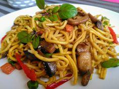 Čínské nudle vsypeme do hlubší nádoby a zalijeme vroucí vodou. Ponecháme ponořené ve vodě cca 15-20 minut. Po této době těstoviny přecedíme,... Pasta Noodles, Easy Cooking, How To Cook Pasta, Spaghetti, Food And Drink, Menu, Treats, Dinner, Ethnic Recipes