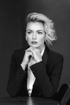 bw portrait is beautiful woman Corporate Portrait, Corporate Headshots, Business Portrait, Business Woman Successful, Business Women, Business Ideas, Headshot Poses, Best Photo Poses, Everyday Workout