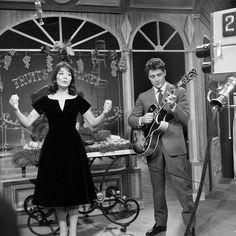 """Juliette Gréco et Sacha Distel, la guitare à la main, sur le plateau de l'émission """"Tout va très bien"""""""