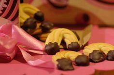 """Oggi facciamo colazione con questi golosissimi biscotti di frolla montata, """"pucciati"""" nel cioccolato fondente; un classico che non tramonta mai! Biscotti, Pudding, Desserts, Food, Tailgate Desserts, Deserts, Custard Pudding, Essen, Puddings"""