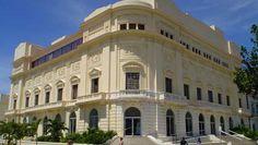 Este magnífico teatro fué construido en estilo neoclásico en 1922 y arrasado por el fuego en 1977. Tras una cuidadosa restauración, reabrió sus puertas en 1999, con el nombre de Amadeo Roldán, el compositor que escribió las primeras piezas sinfónicas que incorporaban ritmos e instrumentos afro-cubanos.