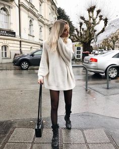 47 Sweater Outfit Ideas Winter Winter brings several exciting things-snow, Christmas, holidays and most importantly new styles in woollen wear. What could make a better […] Winter Pullover Outfits, Winter Sweater Dresses, Fall Winter Outfits, Autumn Winter Fashion, Dress Winter, Beige Winter Dresses, London Outfit, Outfits Casual, Mode Outfits