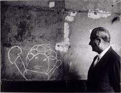 Miro devant un graffiti, Brassai, 1955, (C) Estate Brassaï - RMN-Grand Palais
