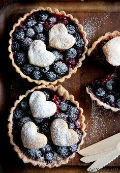 Fresh Blackberry Mini Pies, an easy homemade pie recipe. The best mini pie dessert made with a flaky pie pastry and delicious filling. Fruit Recipes, Sweet Recipes, Dessert Recipes, Just Desserts, Delicious Desserts, Yummy Food, Slow Cooker Desserts, Yummy Treats, Sweet Treats