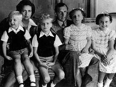 Don Juan y doña María de las Mercedes con sus hijos Alfonso, Juan Carlos, Margarita y Pilar.   El Mundo