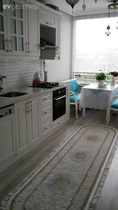 White kitchen, Country kitchen, Carpet, Kitchen, Kitchen corner What's Decoration? Decoration could be the art of decorating the interior and … Country Farmhouse Decor, Country Kitchen, Kitchen White, Tuscan House, Kitchen Corner, Cuisines Design, Home Kitchens, Home Accessories, Sweet Home
