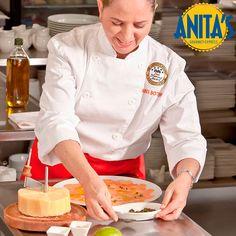 ¿Sabías que nuestra chef #AnitaBotero fue una sobresaliente estudiante de leyes antes de graduarse de la Escuela #LeCordonBleu, donde años más tarde se graduaría y obtendría la máxima distinción como profesional A? #HablandoDeNuestraChef #AnitaBotero #GourmetColombia #AnitasExpress #RestaurantesMedellín