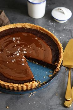 """Some say """"delicious chocolate tart with salted caramel topping"""" – I say FOOD PORN! Tarte Caramel, Salted Caramel Chocolate Tart, Chocolate Caramels, Chocolate Cream, Delicious Chocolate, Chocolate Chip Cookies, Oreo, Bbq Sauce Ingredients, Food Porn"""