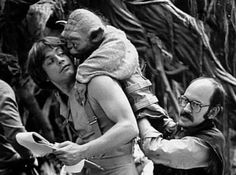 Mark Hamill, Frank Oz and the Yoda puppet behind the scenes of 'Star Wars: The Empire Strikes Back' Star Wars Trivia, Star Wars Film, Star Wars Cast, Star Wars Characters, Star Wars Episodes, Stargate, Amour Star Wars, Frank Oz, Photos Rares