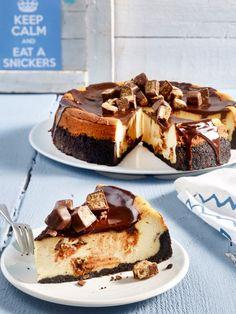 Wie wäre es mit einem Käsekuchen? Keinem einfachen, sondern einem mit Snickers! Diese Kombi ist unschlagbar lecker!