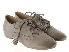 Elegante zapato derby de piel taupe con borlas en los cordones.