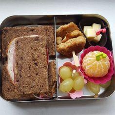 Meine #frühstücksbox heute mit leckerem Cranberrybrot aus der aktuellen #degustabox, Mandarine, Weintrauben, Käsewürfel und einem Spieß aus selbstgemachten Chicken Nuggets #frühstücksideen #bentobox #lunchbots #kivanta #stullemitbrot