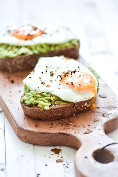 The egg with avocado combination provides a complete package of important . - The egg with avocado combination provides a complete package of important fats that are needed to k - Healthy Meals For Two, Healthy Recipes, Comidas Fitness, Good Food, Yummy Food, Low Carb Side Dishes, Avocado Toast, Clean Eating Snacks, Food Inspiration