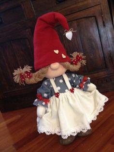 Best 12 Gnometta natalizia in pannolenci – felt Christmas gnome – Duendencita de Navidad – SkillOfKing.Com Scandinavian Gnomes, Scandinavian Christmas, Christmas Sewing, Felt Christmas, Christmas Knomes, Elves And Fairies, Christmas Crafts, Christmas Ornaments, Christmas Mantels