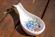 Cooking spoon rest - Handmade ceramic spoon rest decorated with forget-me-not. Perfect for keeping your kitchen clean while cooking. Cooking Spoon, Ceramic Spoons, Forget Me Not, Handmade Ceramic, Spoon Rest, Cleaning, Ceramics, Tableware, Kitchen