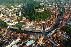 Liubliana, capital de Eslovenia, considerada como una de las ciudades más bellas de Europa. La principal atracción de la capital de Eslovenia es el Casillo de Liubliana, es el símbolo de esta ciudad. Esta alanzado sobre un pequeño macizo en el centro de la ciudad, construido en 1444