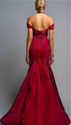 Sooooooooo gorgeous! All it needs is opera gloves and one of those extra long drapey necklaces. Homecoming, anyone?
