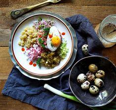 : Tatar z Matiasa z ogórkiem małosolnym i quinoą Chana Masala, Quinoa, Curry, Ethnic Recipes, Food, Curries, Essen, Meals, Yemek