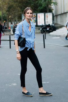 Il est où le port de Saint Trop ? Chemise à rayures blanches et bleues sur un jean slim noir, espadrille et sac noir chanel