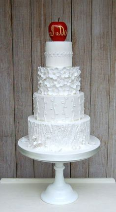 Love the details on this gorgeous wedding cake