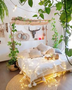 14 Trendy Bedroom Design and Decor Ideas for Your Next Makeover - The Trending House Boho Chic Bedroom, Bohemian Style Bedrooms, Trendy Bedroom, Home Decor Bedroom, Bohemian Decor, Bedroom Ideas, Bedroom Inspo, Bedroom Inspiration, Interior Natural