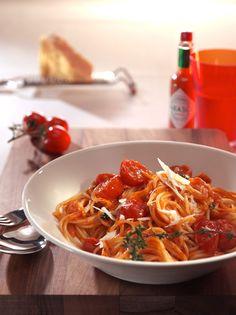 Spaghettini mit geschmolzenen Kirschtomaten und Gin - Unser Rezept kann man natürlich auch mit jeder anderen Pasta-Sorte zubereiten. Wir finden die Variante mit Spahettini aber besonders delikat und geschmackvoll. Den besonderen Kick erhält die Sauce durch den Gin, den Orangensaft und die Tabasco Brand Pepper Sauce.