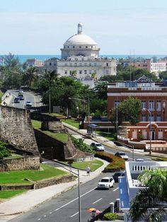El Viejo San Juan, San Juan, Puerto Rico. Entrada hacia el Castillo San Cristobal. Vista del Capitolio.
