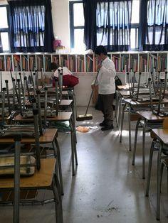 Alumnos ayudan a ordenar y limpiar su sala de clases. Desk, Furniture, Home Decor, Desktop, Decoration Home, Room Decor, Table Desk, Home Furnishings, Office Desk