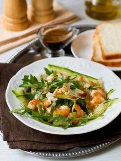 Салат из рукколы с креветками и помело