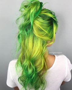 30 Green Hair Color Ideas 30 Green Hair Color Ideas – Green hair in our day has ceased to be a horror as the result of a botched dye. Along with other unusual and unnatural shades, it moved into the category of fashion trends to Hair Color Highlights, Ombre Hair Color, Cool Hair Color, Blue Green Hair, Green Hair Colors, Ombre Green, Grey Balayage, Balayage Hair, Pelo Multicolor