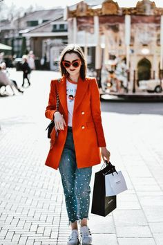 Who says shorts can't look chic? Pair them with a structured blazer, a feminine top, some cool specs and you are good to go . Blazer Jeans, Look Blazer, Trendy Outfits, Fashion Outfits, Womens Fashion, Embroidered Mom Jeans, Nordstrom Jeans, Orange Blazer, Rolled Up Jeans