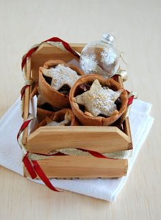 I'd been meaning to make mincemeat pies forever, because I think they look absolutely adorable! Fruit Mince Pies, Mince Meat, Christmas Love, Christmas Baking, Mincemeat Pie, Pie Recipes, Baked Goods, Cinnamon, Chocolate