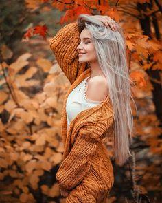 На изображении может находиться: 1 человек, на улице Fall Senior Pictures, Fall Pictures, Autumn Photography, Photography Women, Autumn Aesthetic Tumblr, Best Photo Poses, Outdoor Portraits, Foto Pose, Aesthetic Girl