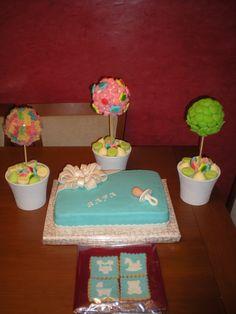 Tarta para un Bautizo, acompañado de galletas y tres árboles de chuches para decorar las mesas!